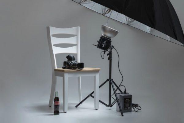 Fotocamera Hasselblad su sedia studio fotografico