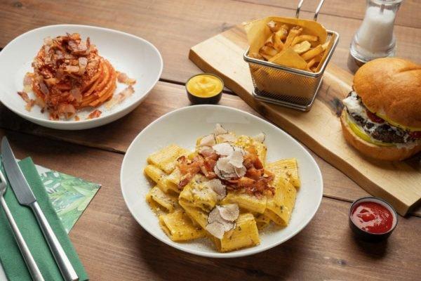 Fotografia food con piatti vari su tavoli di legno