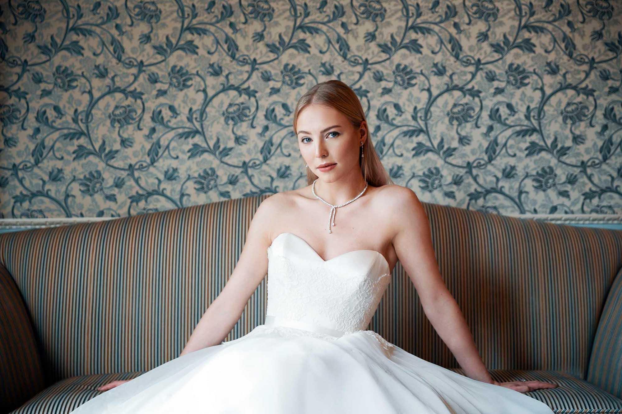 Donna in abito da sposa con collana di diamanti
